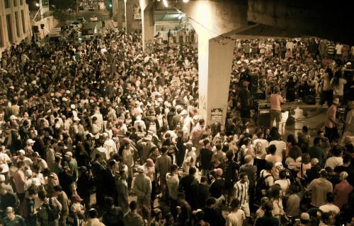 O Duelo de MC's acontece todas as sextas-feiras debaixo do viaduto Santa Teresa. Exemplo de ocupação de espaços públicos em Belo Horizonte,  organizado pelo coletivo Família de Rua.